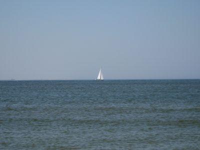 zeilboot ten noorden van het eiland